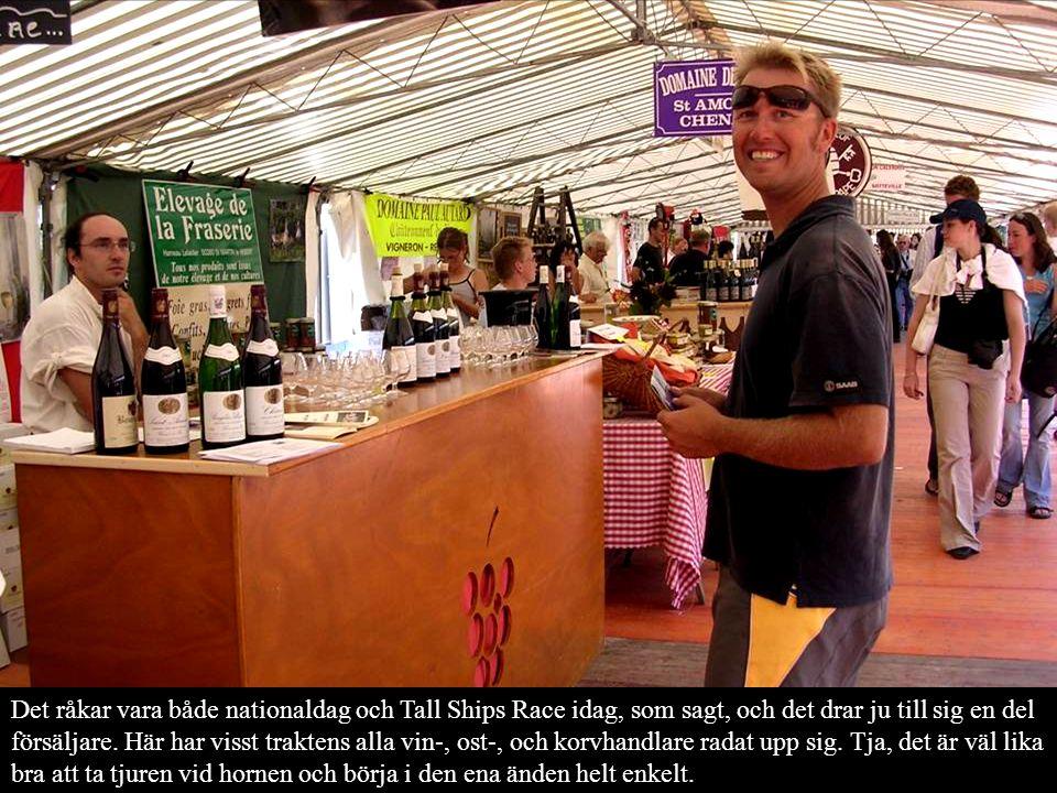 Det råkar vara både nationaldag och Tall Ships Race idag, som sagt, och det drar ju till sig en del försäljare.
