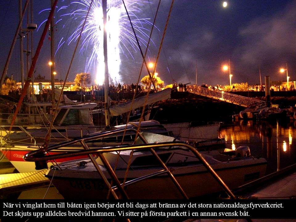 När vi vinglat hem till båten igen börjar det bli dags att bränna av det stora nationaldagsfyrverkeriet.