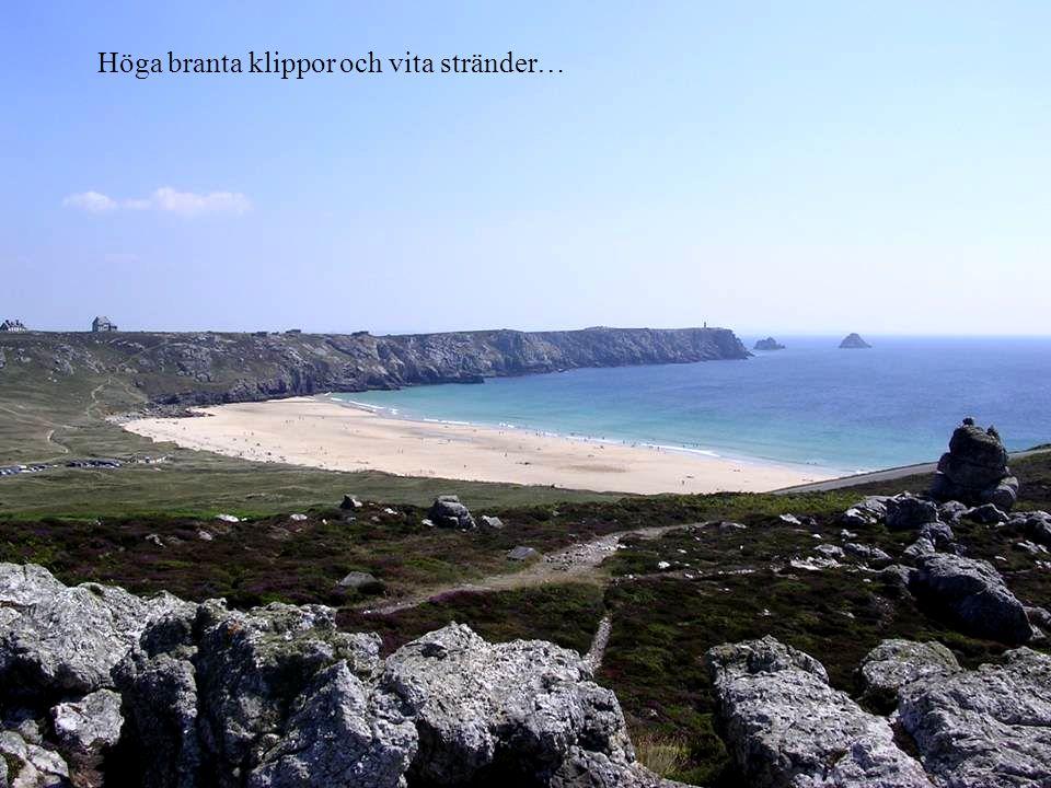 Höga branta klippor och vita stränder…