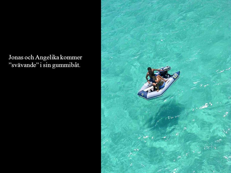 Jonas och Angelika kommer svävande i sin gummibåt.