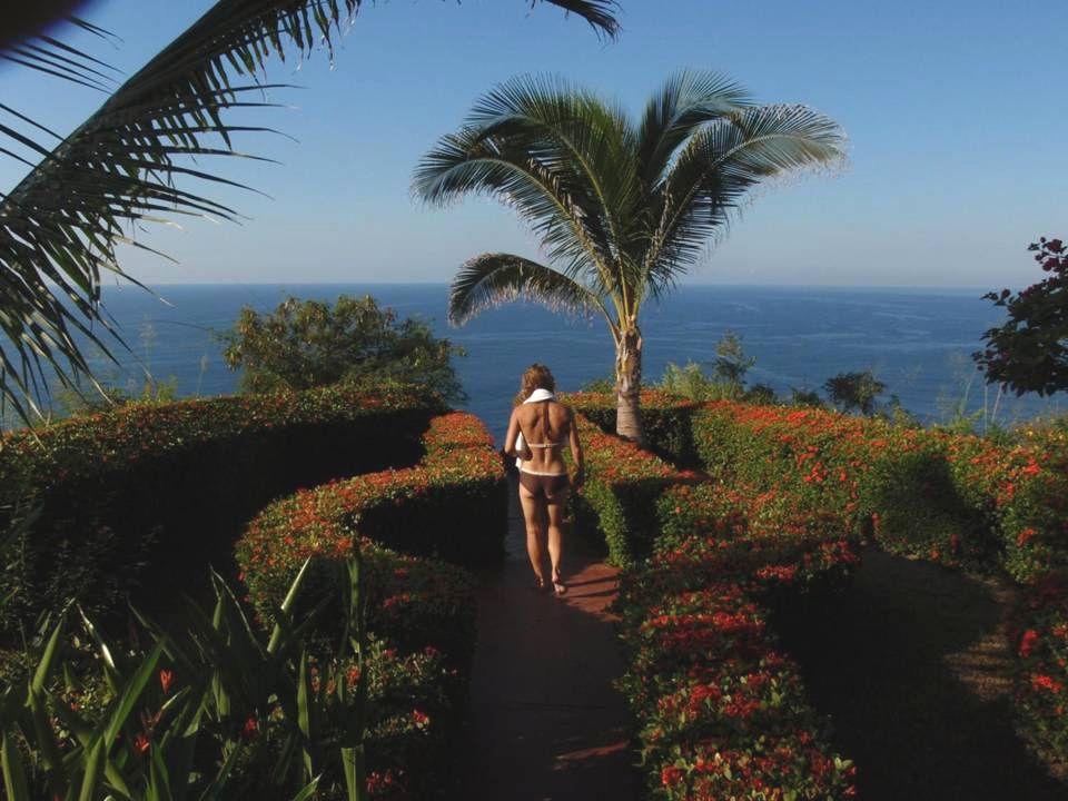 Anna kollar in utsikten från Tarzans balkong.
