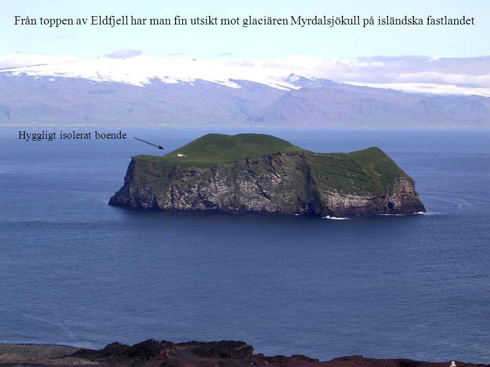 Från toppen av Eldfjell har man fin utsikt mot glaciären Myrdalsjökull på isländska fastlandet Hyggligt isolerat boende
