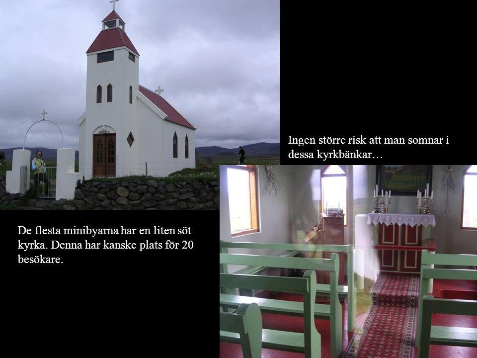De flesta minibyarna har en liten söt kyrka. Denna har kanske plats för 20 besökare. Ingen större risk att man somnar i dessa kyrkbänkar…