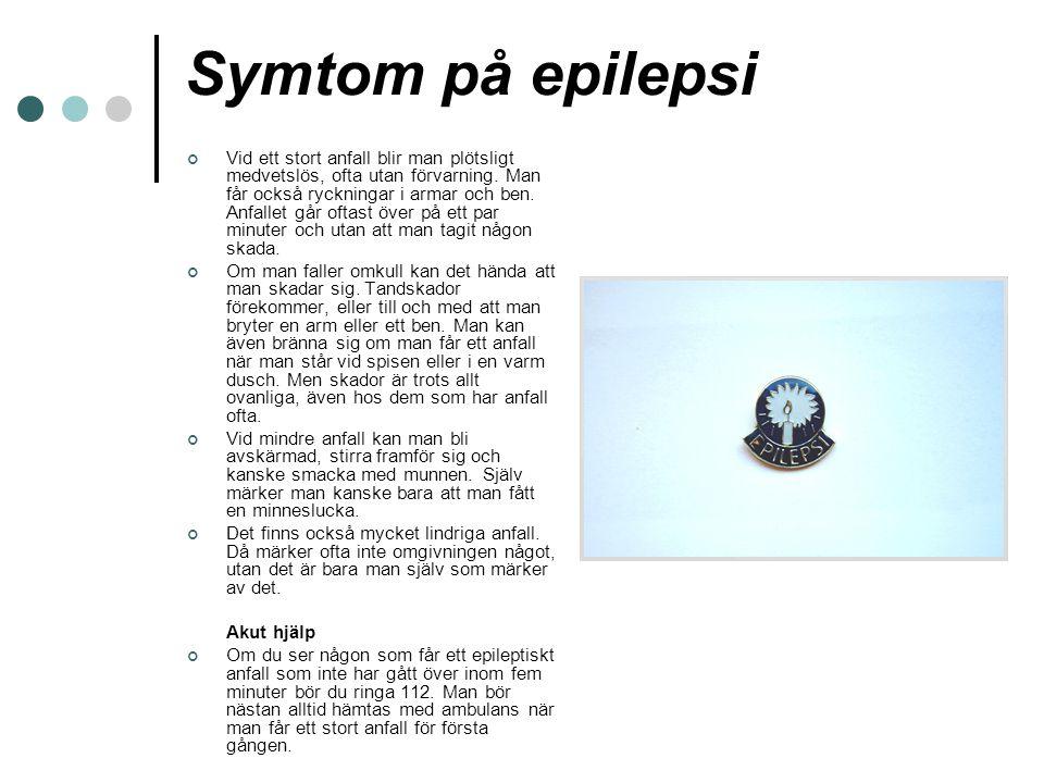 Symtom på epilepsi Vid ett stort anfall blir man plötsligt medvetslös, ofta utan förvarning. Man får också ryckningar i armar och ben. Anfallet går of