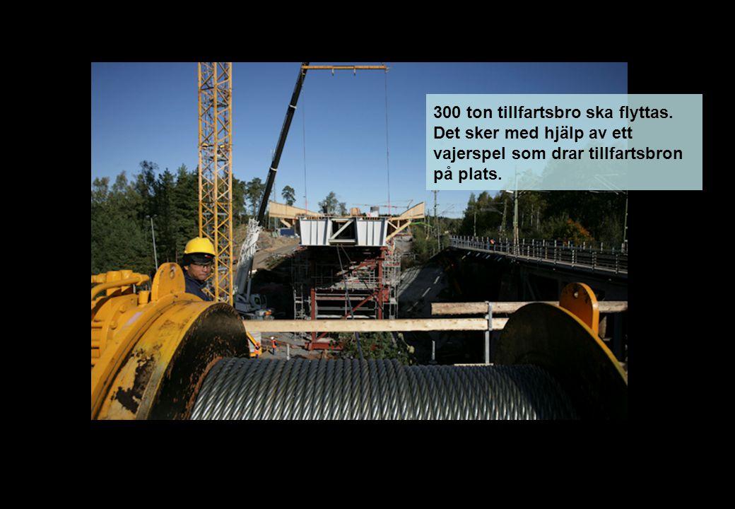 300 ton tillfartsbro ska flyttas. Det sker med hjälp av ett vajerspel som drar tillfartsbron på plats.