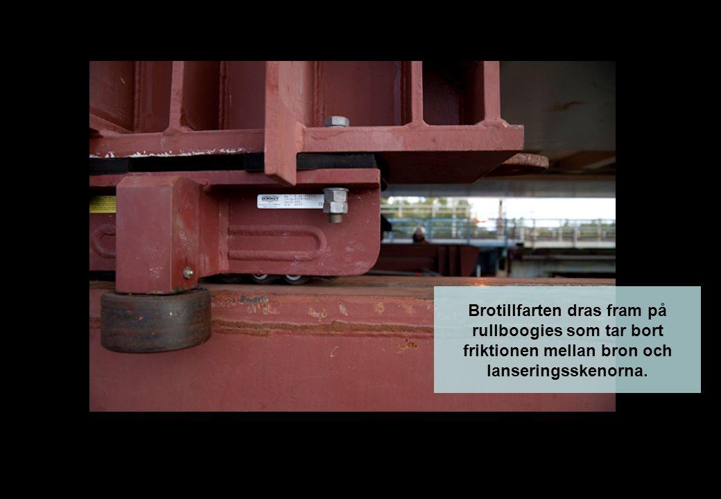 Brotillfarten dras fram på rullboogies som tar bort friktionen mellan bron och lanseringsskenorna.