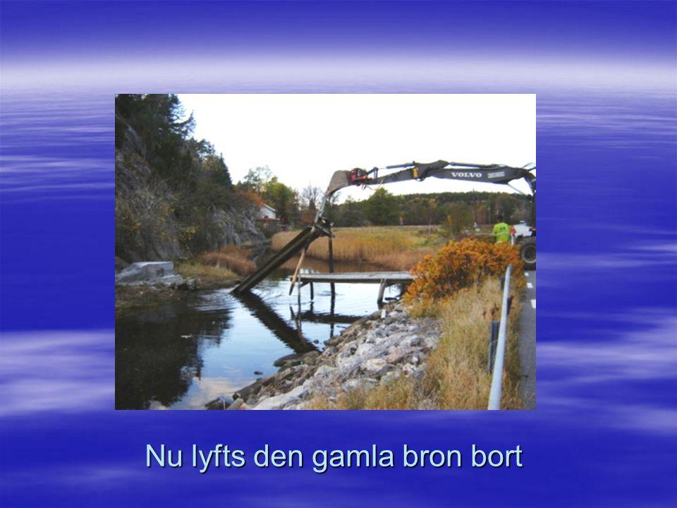 Nu lyfts den gamla bron bort