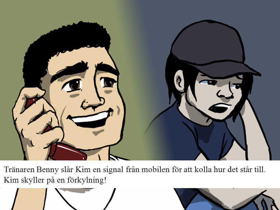 Tränaren Benny slår Kim en signal från mobilen för att kolla hur det står till.