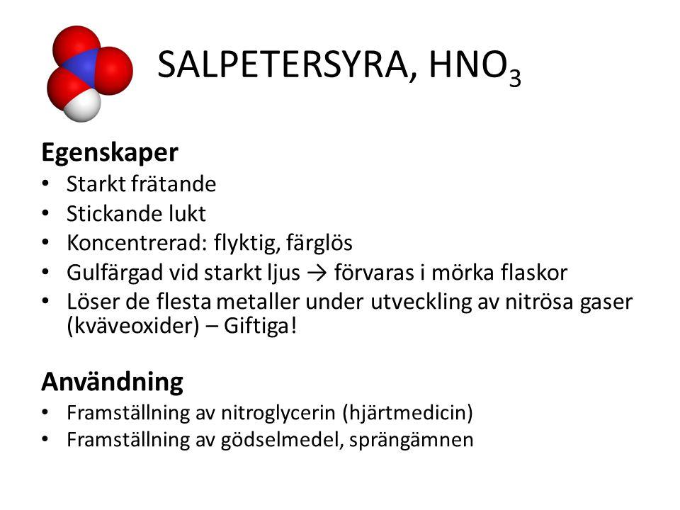 SALPETERSYRA, HNO 3 Egenskaper Starkt frätande Stickande lukt Koncentrerad: flyktig, färglös Gulfärgad vid starkt ljus → förvaras i mörka flaskor Löser de flesta metaller under utveckling av nitrösa gaser (kväveoxider) – Giftiga.