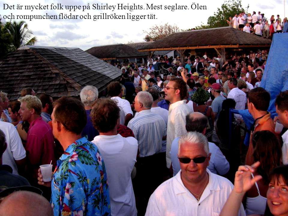 Det är mycket folk uppe på Shirley Heights.Mest seglare.