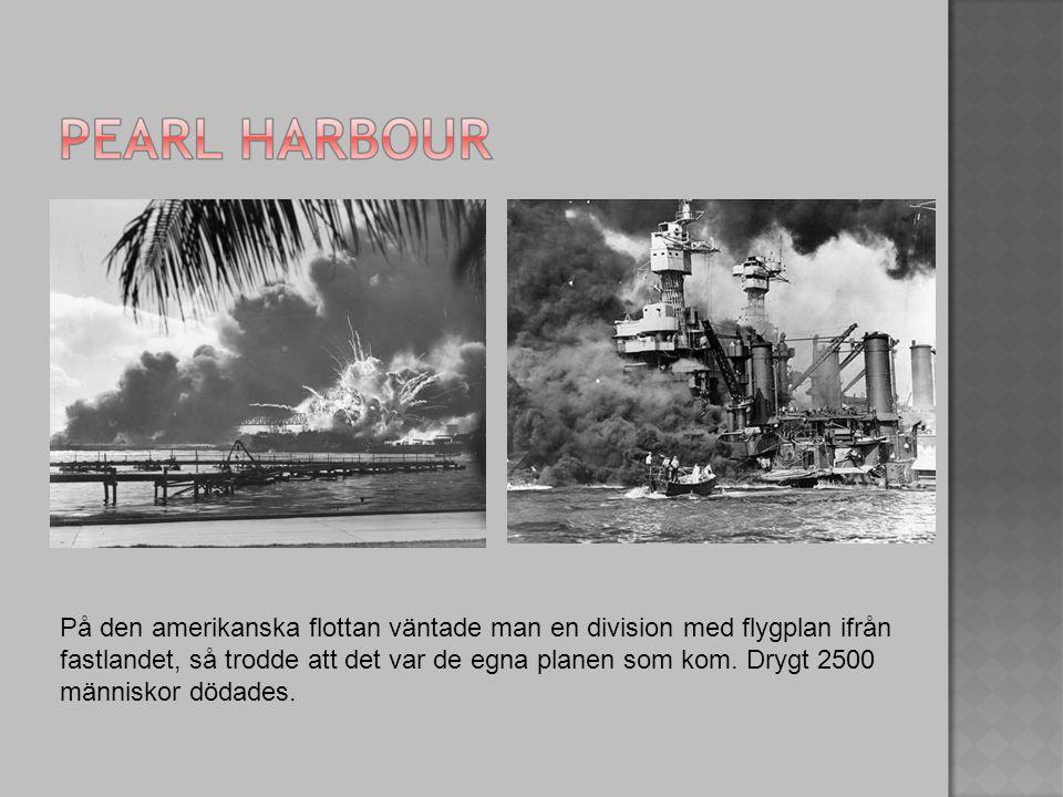 På den amerikanska flottan väntade man en division med flygplan ifrån fastlandet, så trodde att det var de egna planen som kom. Drygt 2500 människor d