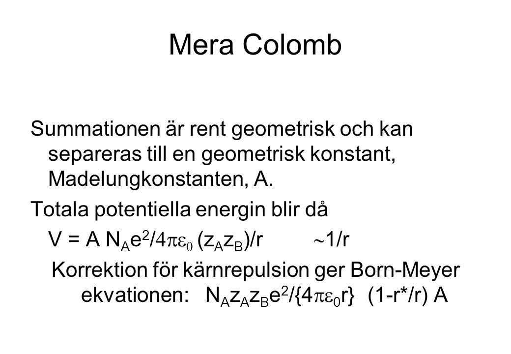 Mera Colomb Summationen är rent geometrisk och kan separeras till en geometrisk konstant, Madelungkonstanten, A. Totala potentiella energin blir då V