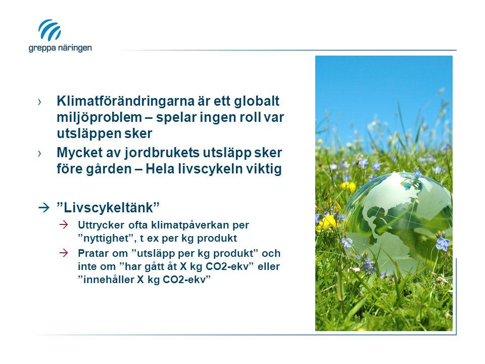 ›Klimatförändringarna är ett globalt miljöproblem – spelar ingen roll var utsläppen sker ›Mycket av jordbrukets utsläpp sker före gården – Hela livscykeln viktig  Livscykeltänk  Uttrycker ofta klimatpåverkan per nyttighet , t ex per kg produkt  Pratar om utsläpp per kg produkt och inte om har gått åt X kg CO2-ekv eller innehåller X kg CO2-ekv