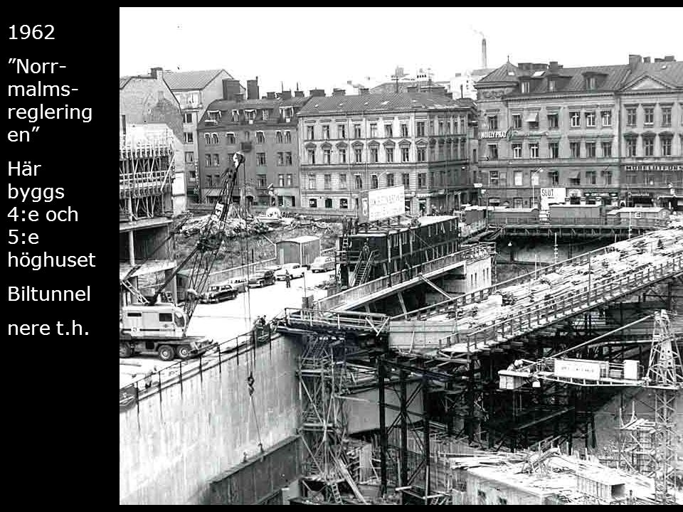"""Femte höghuset blir till 1962 """"Norr- malms- reglering en"""" Här byggs 4:e och 5:e höghuset Biltunnel nere t.h."""