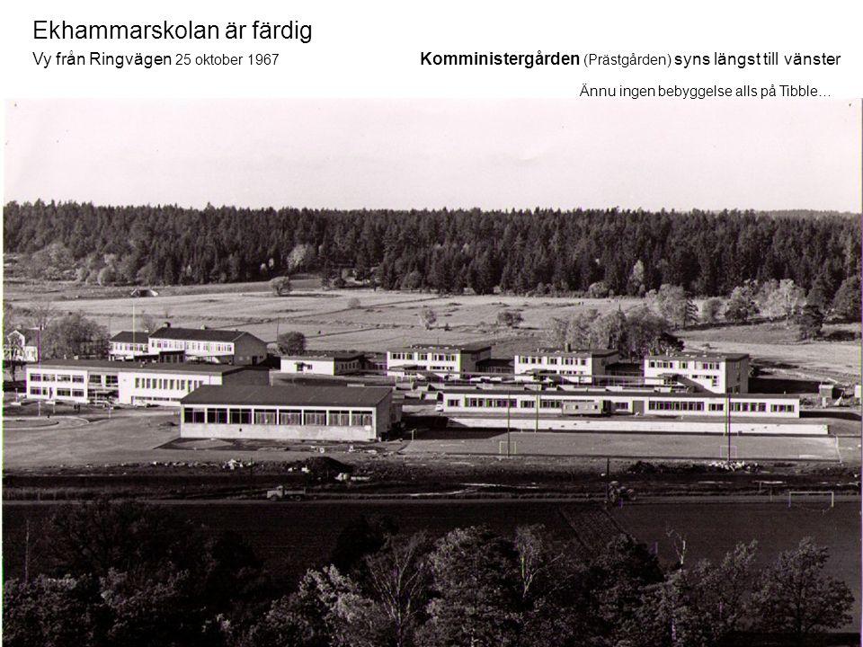 Ekhammarskolan är färdig Vy från Ringvägen 25 oktober 1967 Komministergården (Prästgården) syns längst till vänster Ännu ingen bebyggelse alls på Tibb