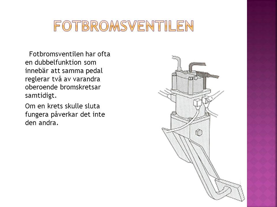 Fotbromsventilen har ofta en dubbelfunktion som innebär att samma pedal reglerar två av varandra oberoende bromskretsar samtidigt. Om en krets skulle