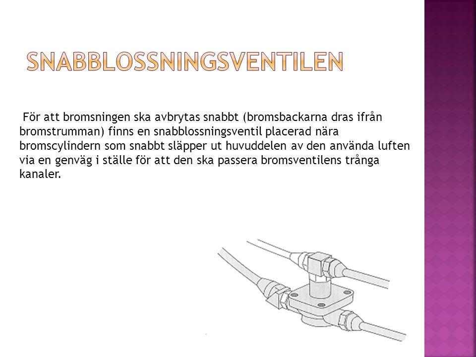 För att bromsningen ska avbrytas snabbt (bromsbackarna dras ifrån bromstrumman) finns en snabblossningsventil placerad nära bromscylindern som snabbt