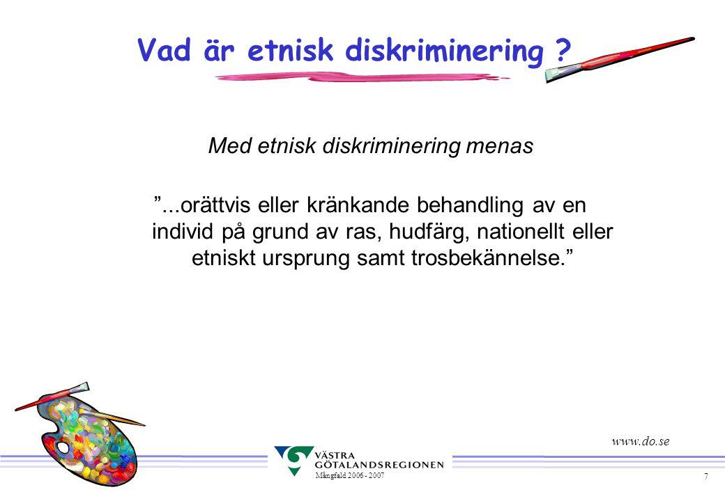 """7 Mångfald 2006 - 2007 Vad är etnisk diskriminering ? Med etnisk diskriminering menas """"...orättvis eller kränkande behandling av en individ på grund a"""