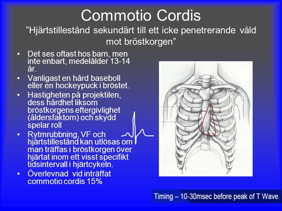 """Commotio Cordis """"Hjärtstillestånd sekundärt till ett icke penetrerande våld mot bröstkorgen"""" Det ses oftast hos barn, men inte enbart, medelålder 13-1"""