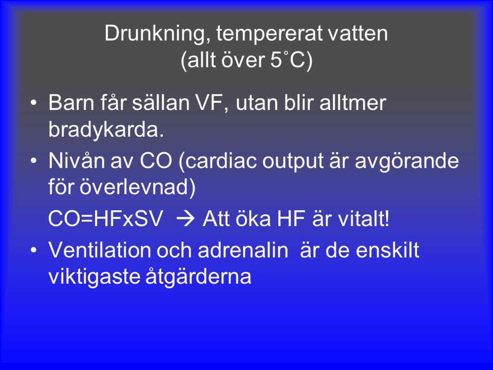 Drunkning, tempererat vatten (allt över 5˚C) Barn får sällan VF, utan blir alltmer bradykarda. Nivån av CO (cardiac output är avgörande för överlevnad