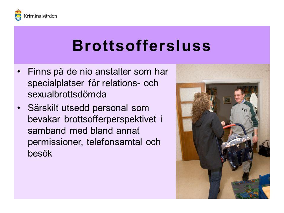 Brottsoffersluss Finns på de nio anstalter som har specialplatser för relations- och sexualbrottsdömda Särskilt utsedd personal som bevakar brottsoffe