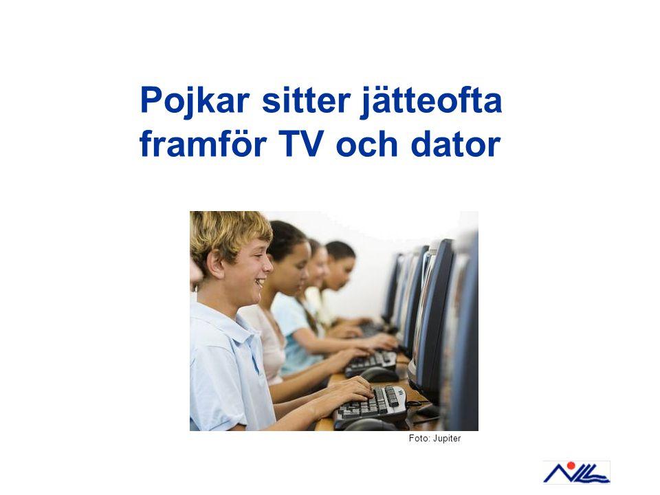 Pojkar sitter jätteofta framför TV och dator Foto: Jupiter