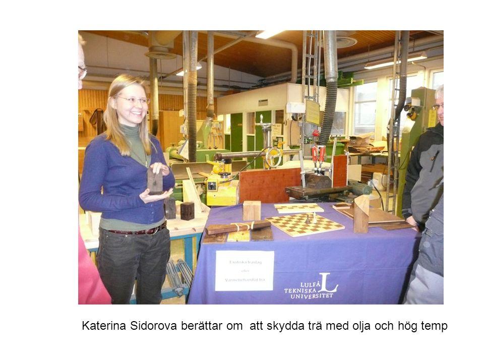 Åke olofsson berättar om och visar värmebehandlat trä