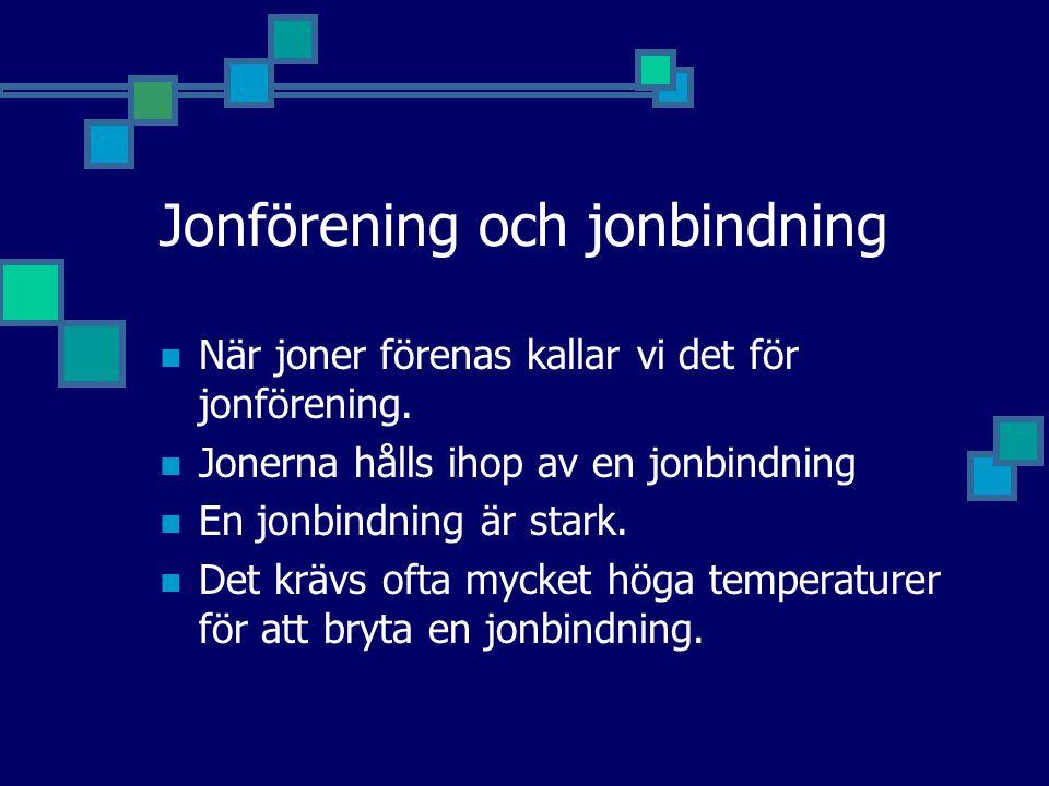 Jonförening och jonbindning När joner förenas kallar vi det för jonförening. Jonerna hålls ihop av en jonbindning En jonbindning är stark. Det krävs o