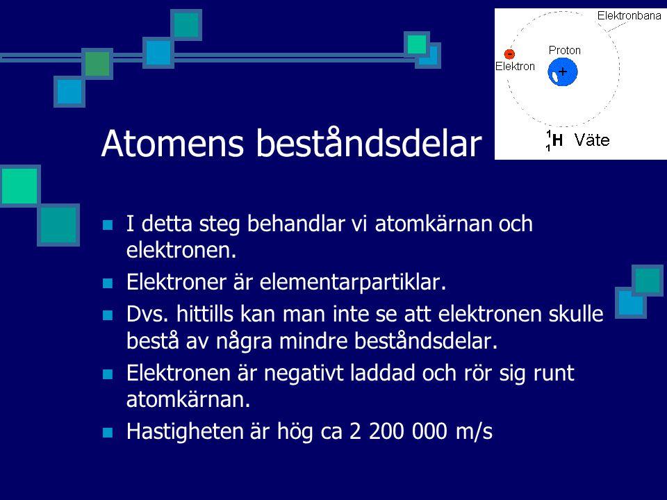 Atomens beståndsdelar I detta steg behandlar vi atomkärnan och elektronen. Elektroner är elementarpartiklar. Dvs. hittills kan man inte se att elektro