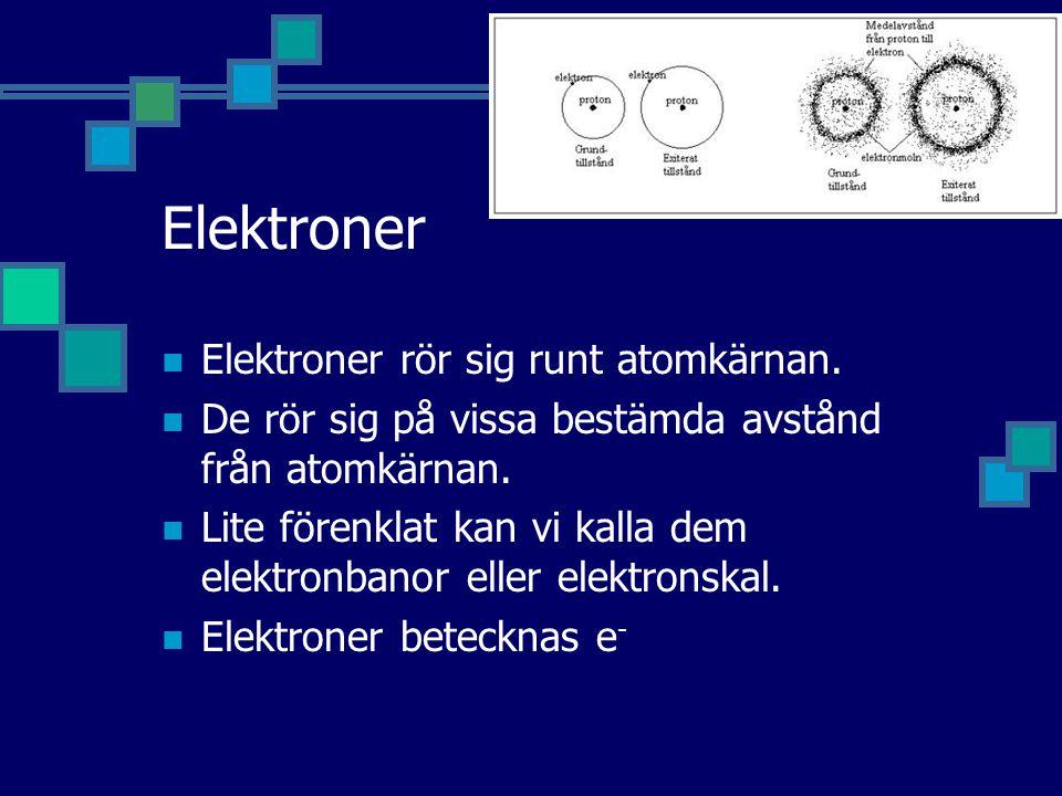 Elektroner Elektroner rör sig runt atomkärnan. De rör sig på vissa bestämda avstånd från atomkärnan. Lite förenklat kan vi kalla dem elektronbanor ell