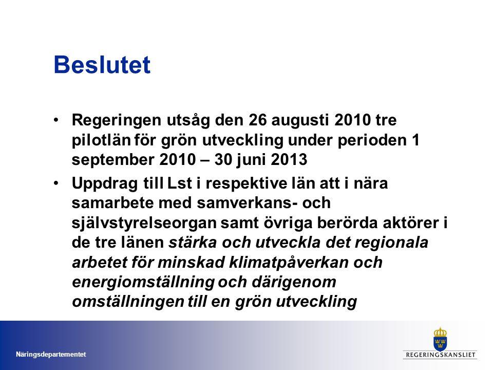 Näringsdepartementet Beslutet Regeringen utsåg den 26 augusti 2010 tre pilotlän för grön utveckling under perioden 1 september 2010 – 30 juni 2013 Uppdrag till Lst i respektive län att i nära samarbete med samverkans- och självstyrelseorgan samt övriga berörda aktörer i de tre länen stärka och utveckla det regionala arbetet för minskad klimatpåverkan och energiomställning och därigenom omställningen till en grön utveckling
