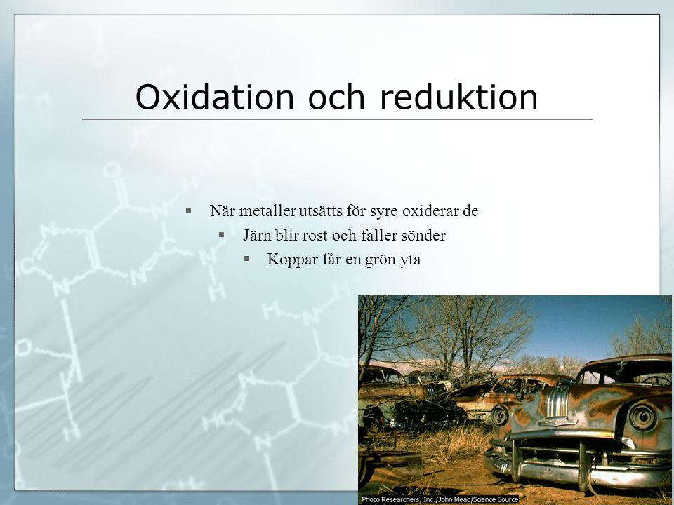  När metaller utsätts för syre oxiderar de  Järn blir rost och faller sönder  Koppar får en grön yta