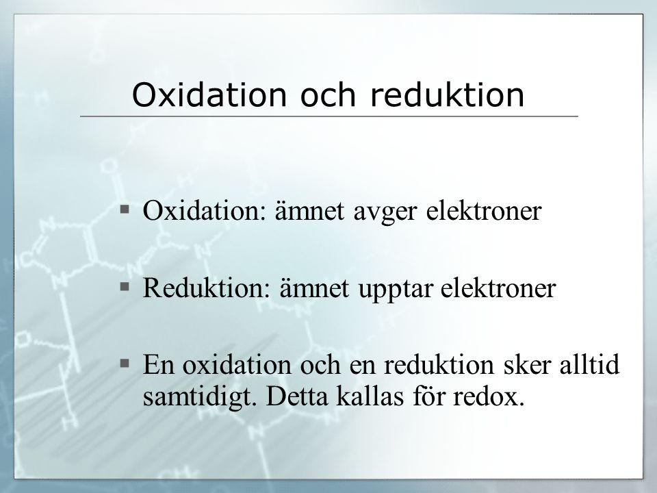 Oxidation och reduktion  Oxidation: ämnet avger elektroner  Reduktion: ämnet upptar elektroner  En oxidation och en reduktion sker alltid samtidigt