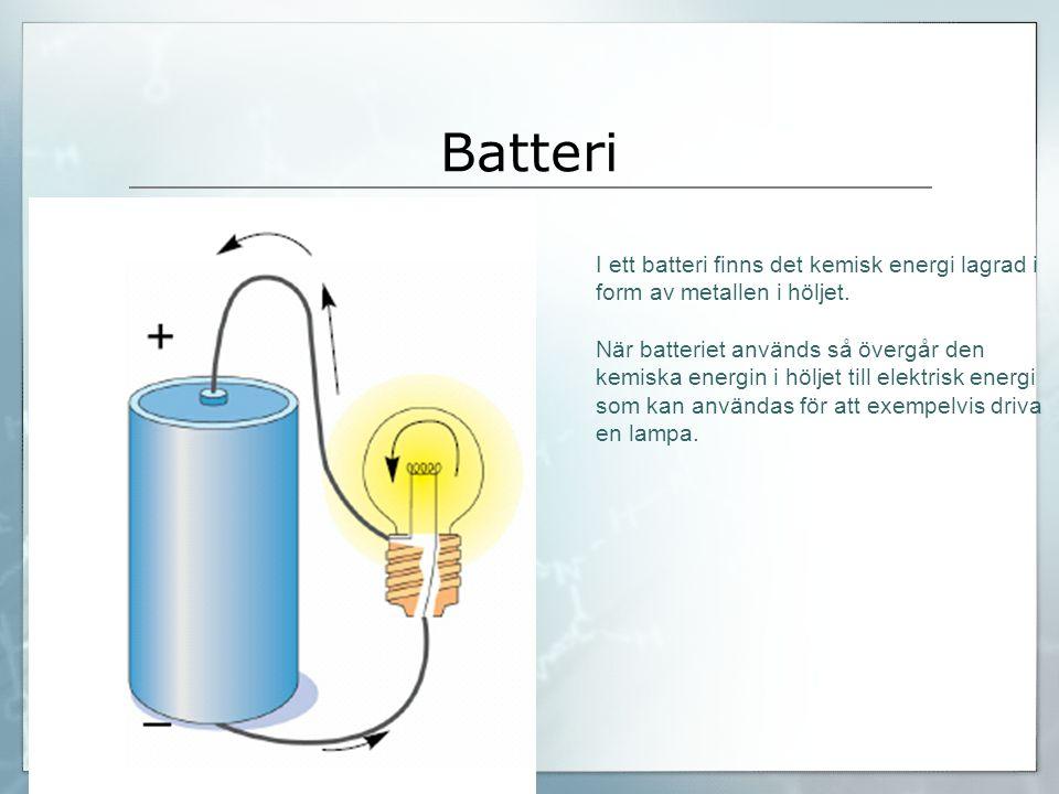 Batteri I ett batteri finns det kemisk energi lagrad i form av metallen i höljet. När batteriet används så övergår den kemiska energin i höljet till e