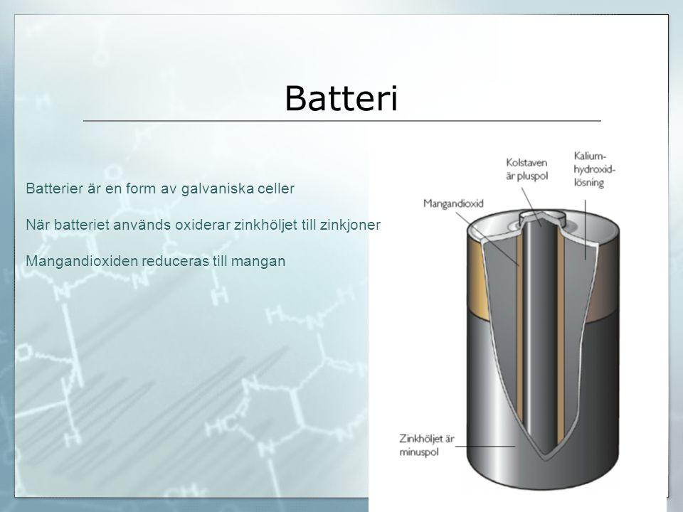 Batteri Batterier är en form av galvaniska celler När batteriet används oxiderar zinkhöljet till zinkjoner Mangandioxiden reduceras till mangan