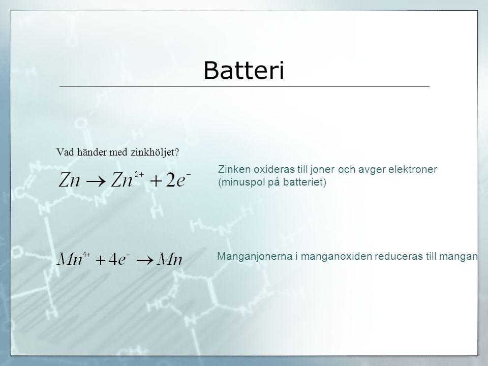 Batteri Vad händer med zinkhöljet? Zinken oxideras till joner och avger elektroner (minuspol på batteriet) Manganjonerna i manganoxiden reduceras till