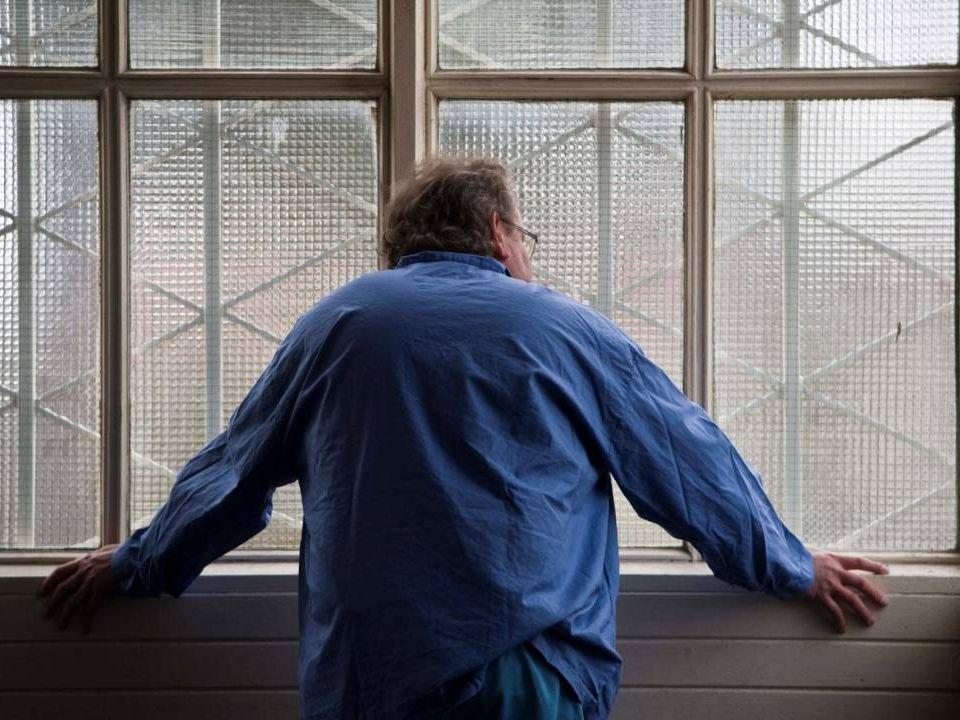 Bild på Ture på balkongen lutad mot väggen