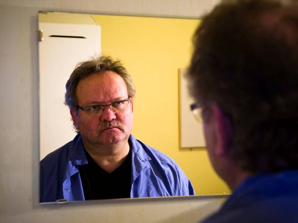 Bild på Ture tittar sig i spegeln