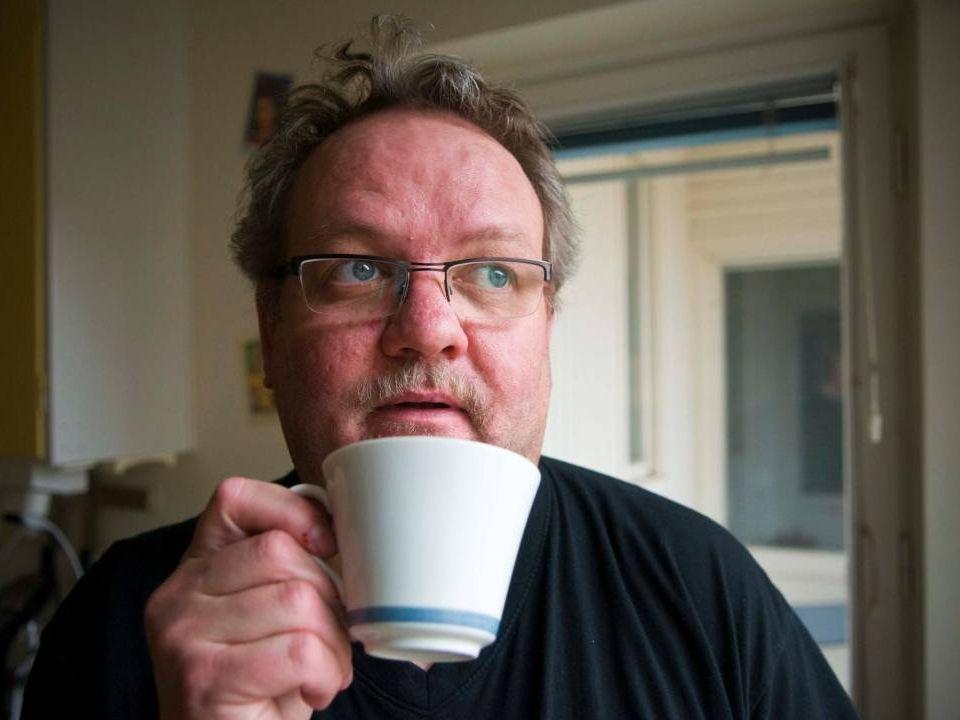 Bild på Ture i lägenheten dricker kaffe