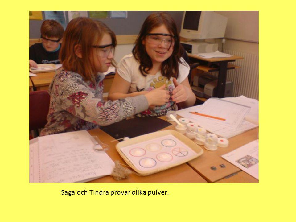 Saga och Tindra provar olika pulver.
