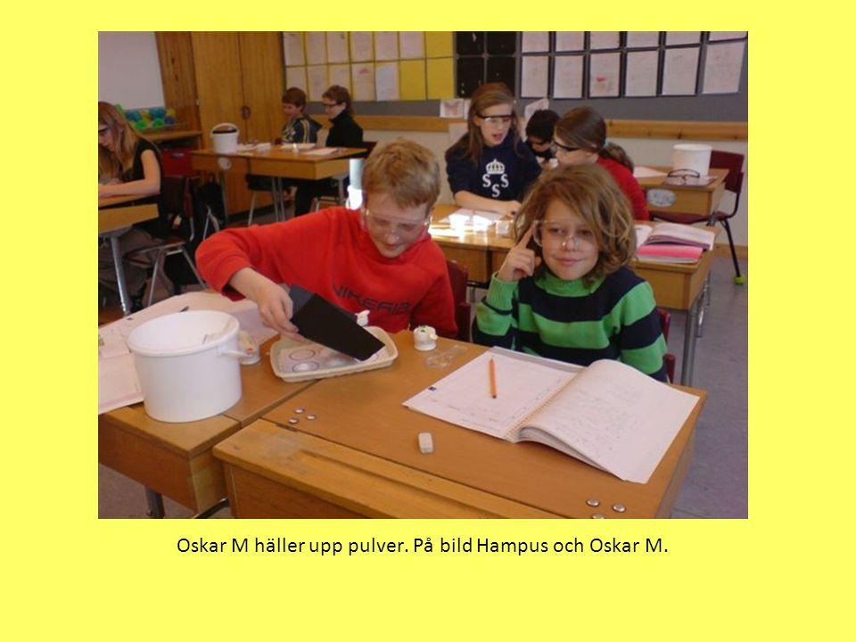 Oskar M häller upp pulver. På bild Hampus och Oskar M.