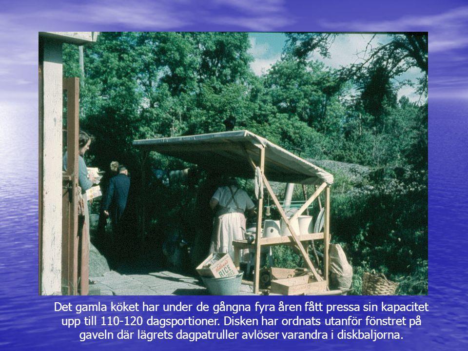 Det gamla köket har under de gångna fyra åren fått pressa sin kapacitet upp till 110-120 dagsportioner. Disken har ordnats utanför fönstret på gaveln