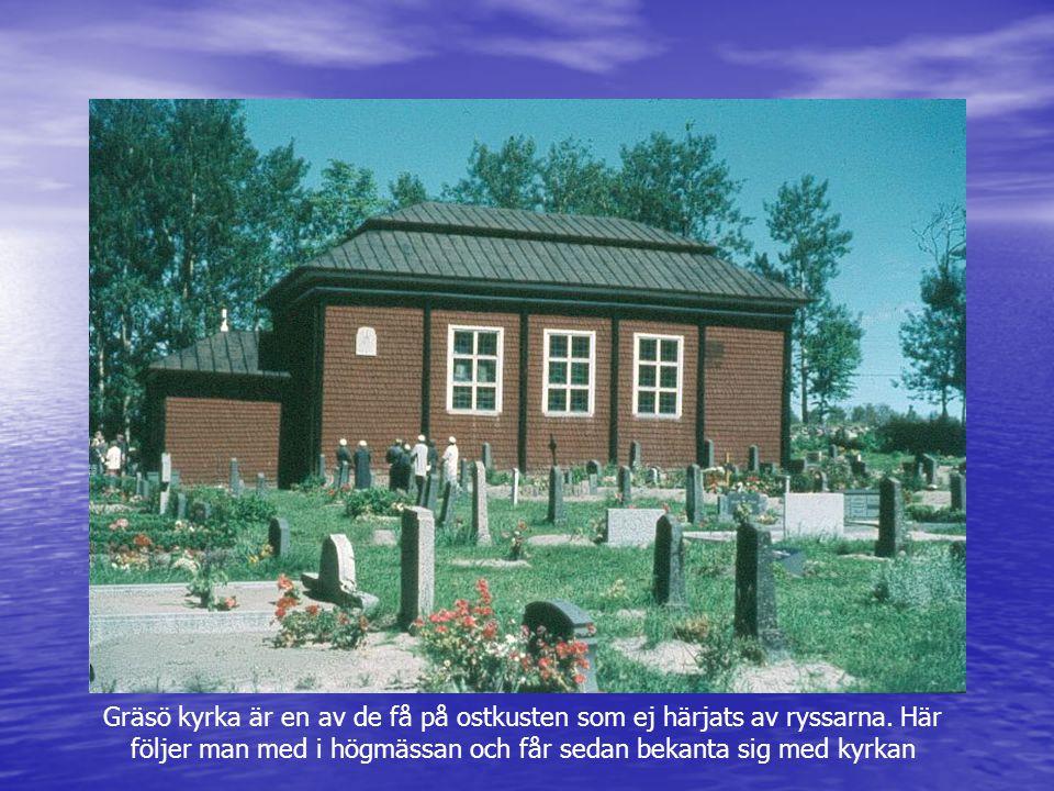 Gräsö kyrka är en av de få på ostkusten som ej härjats av ryssarna. Här följer man med i högmässan och får sedan bekanta sig med kyrkan
