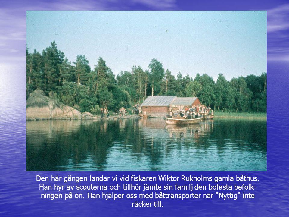 Den här gången landar vi vid fiskaren Wiktor Rukholms gamla båthus. Han hyr av scouterna och tillhör jämte sin familj den bofasta befolk- ningen på ön