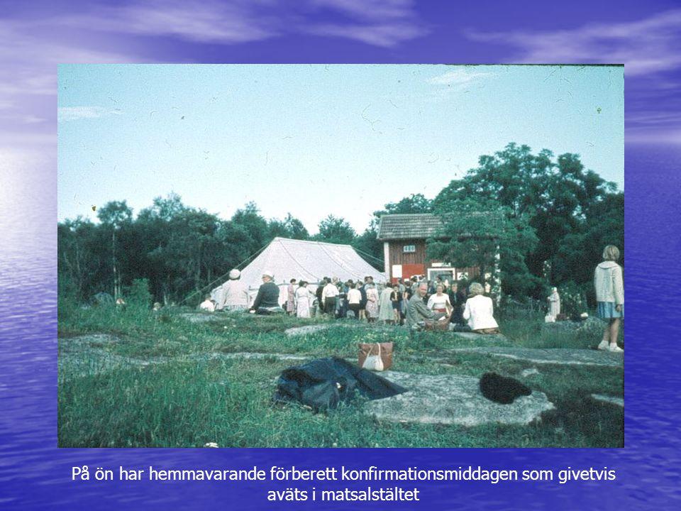 På ön har hemmavarande förberett konfirmationsmiddagen som givetvis aväts i matsalstältet