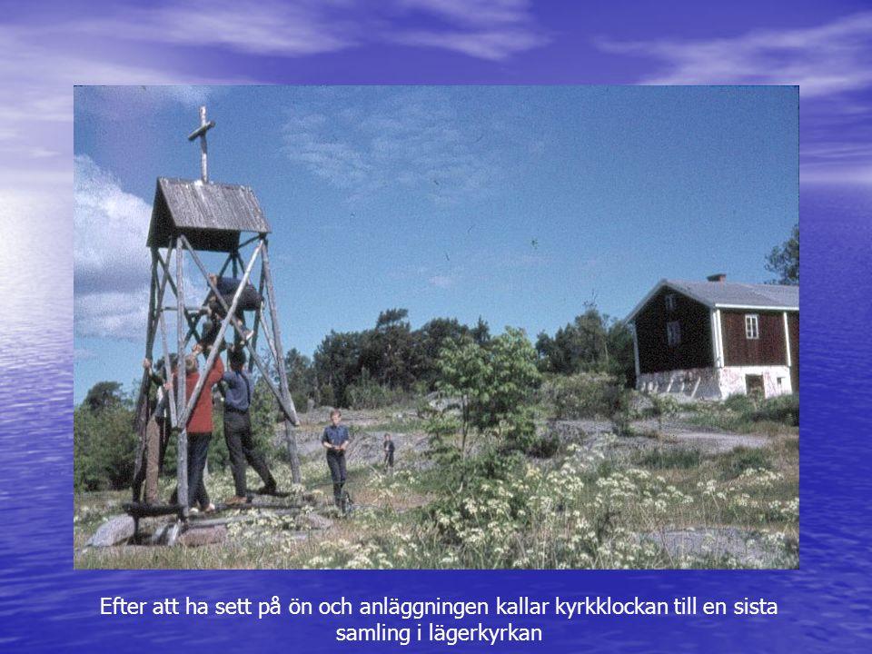 Efter att ha sett på ön och anläggningen kallar kyrkklockan till en sista samling i lägerkyrkan