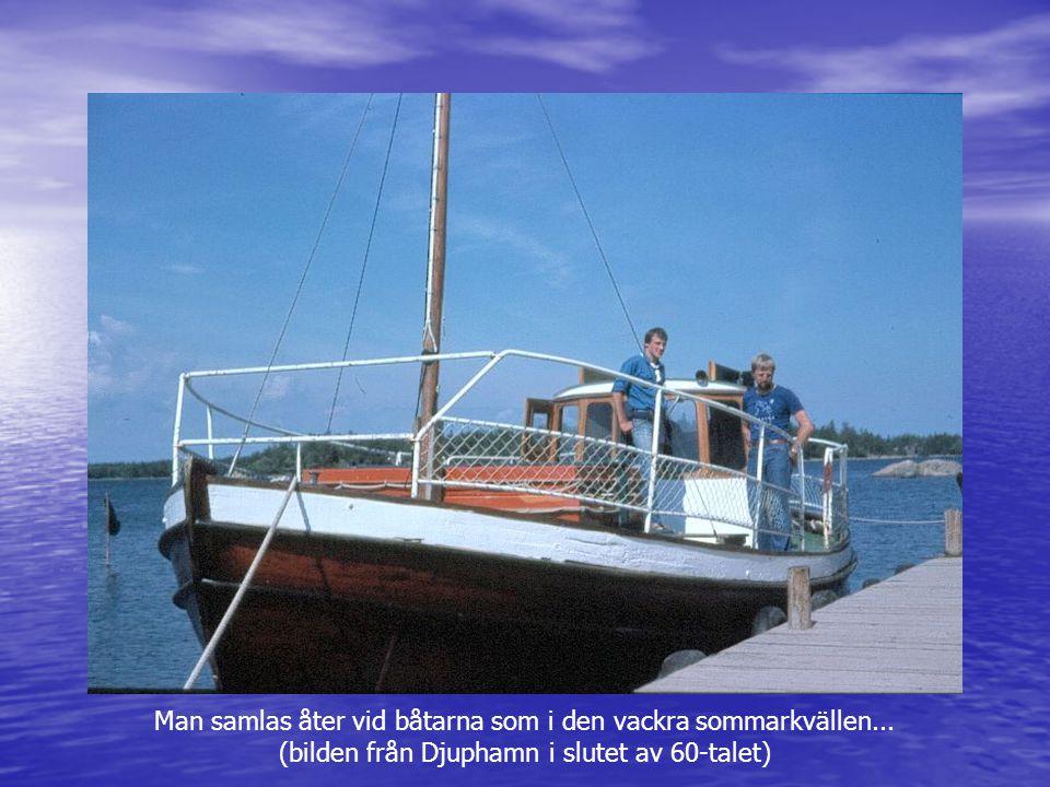Man samlas åter vid båtarna som i den vackra sommarkvällen... (bilden från Djuphamn i slutet av 60-talet)