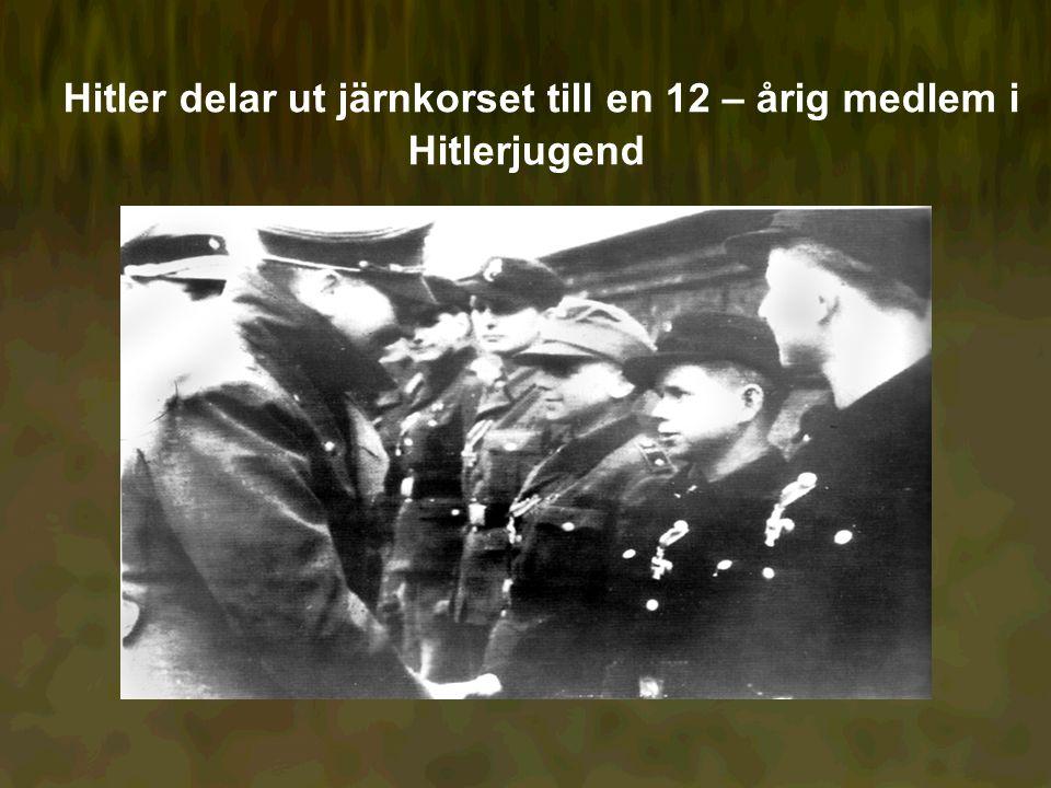 Hitler delar ut järnkorset till en 12 – årig medlem i Hitlerjugend