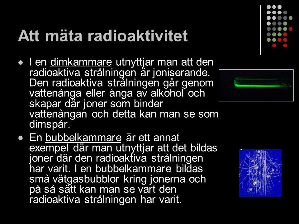 Halveringstid Atomkärnor faller inte sönder samtidigt i ett radioaktivt ämne Halveringstid = ett mått på hur fort sönderfallet går Tid för hälften av alla atomkärnor att sönderfalla När Radium omvandlas till Radon är halveringstiden 1620 år Kan variera kraftigt, från en sekund till flera miljoner år.