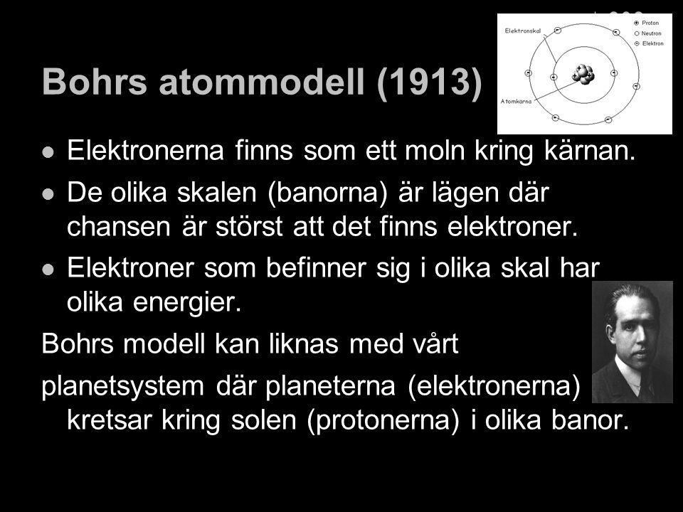 Kvantmekaniska atommodellen (ca 1925): Elektronerna finns runt kärnan men rör sig inte runt den i banor utan med vågrörelser mot eller ifrån kärnan.